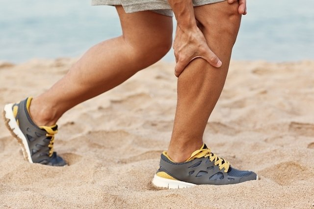 dor na barriga da perna ao andar